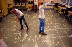 """Kreativ im Klassenzimmer: Mit Klebeband kommen Schüler*innen in Bewegung, erzählen etwas von sich und ihrer Welt und finden heraus, wo sie Gemeinsamkeiten haben… Modul """"Kulturcheck"""" einer Schule in Berlin-Spandau."""